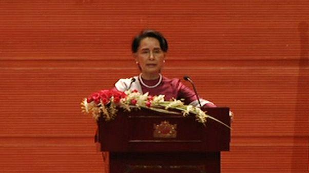تجريد زعيمة ميانمار من وسام بريطاني