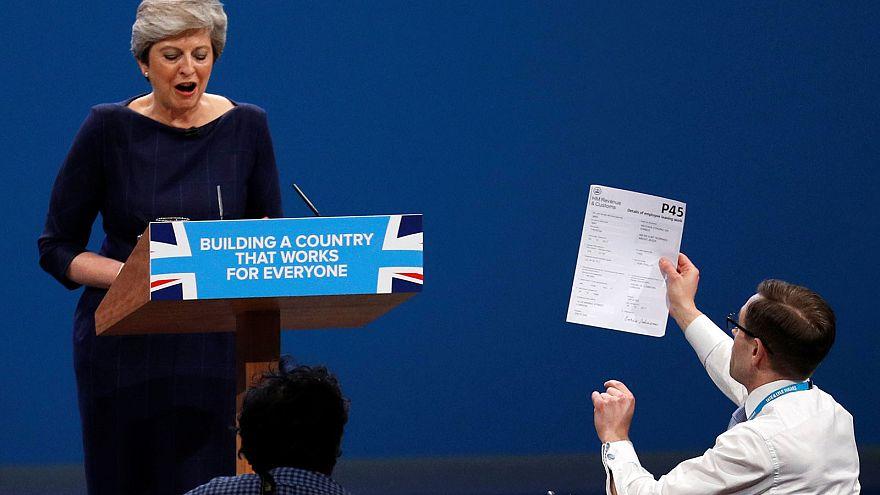 """Brexit : May reçoit une """"lettre de licenciement"""""""