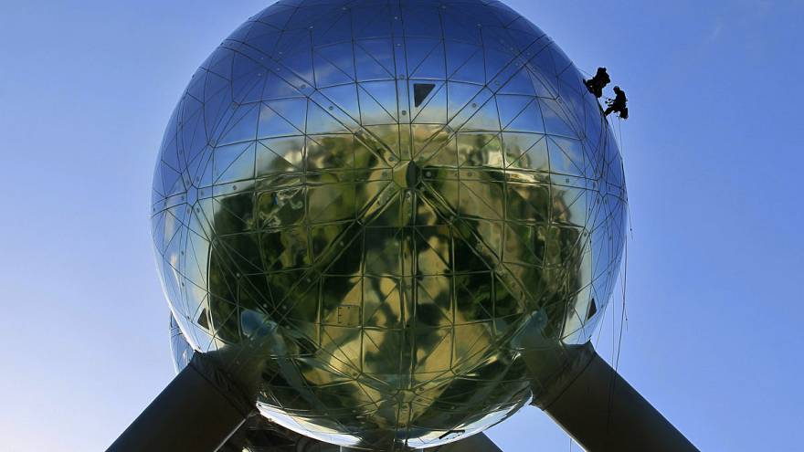 Climbers clean-up Brussel's Atomium