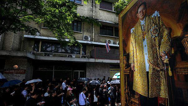 Milhões de tailandeses visitam túmulo do rei Bhumibol