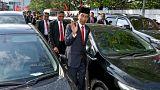 Ο πρόεδρος έμπλεξε στο μποτιλιάρισμα και περπάτησε για να πάει στην παρέλαση!