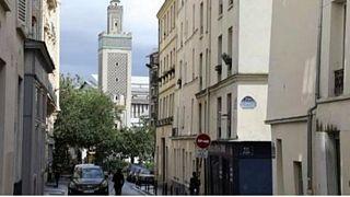 اغلاق مسجد وقاعة للصلاة بضاحيتين من باريس