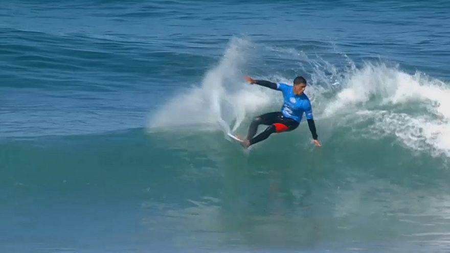 Zeke Lau reitet die Welle in Portugal