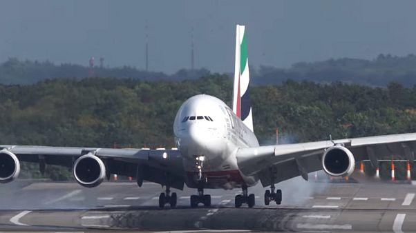 Yolcu uçağının sıradışı inişi görüntülendi