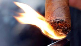 شاهد: لم يطفئ سيجارته فأطفأوها له بمطفأة حريق