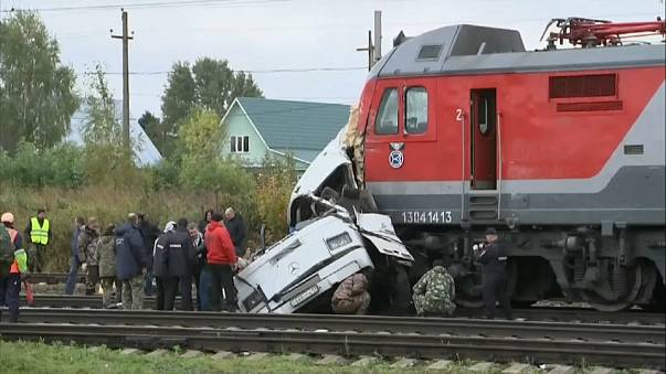 Buszba rohant egy vonat az átjáróban