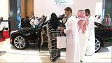 بالفيديو: معرض للسيارات الفاخرة والنساء السعوديات أهم زائريه
