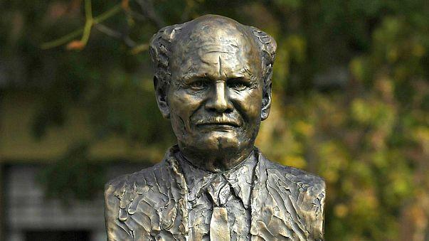 Felavatták Göncz Árpád szobrát Budapesten