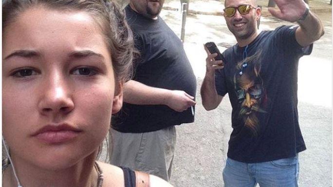 Kız öğrenci sokakta kendisine sarkıntılık edenlerle selfie çektiriyor