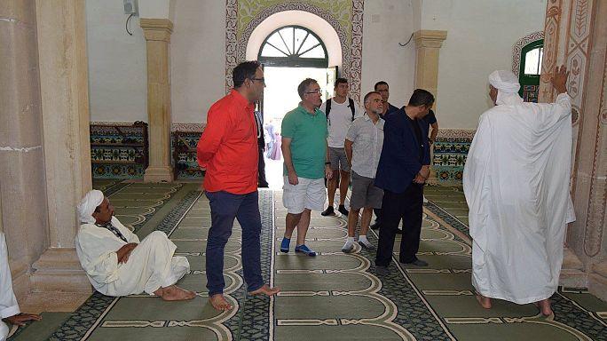 """""""شورت"""" السفير البريطاني في الجزائر يثير الجدل"""
