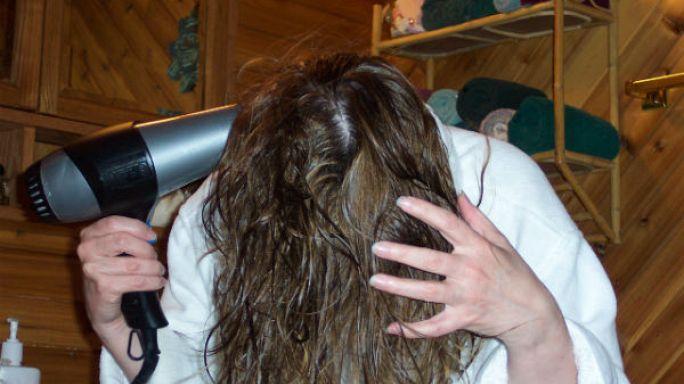 مجفف الشعر واستخدامه بعد الاستحمام.. ما له وما عليه
