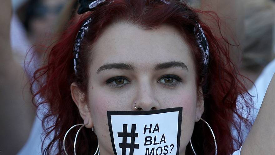 Barcelona: tüntetés fehérben a párbeszédért