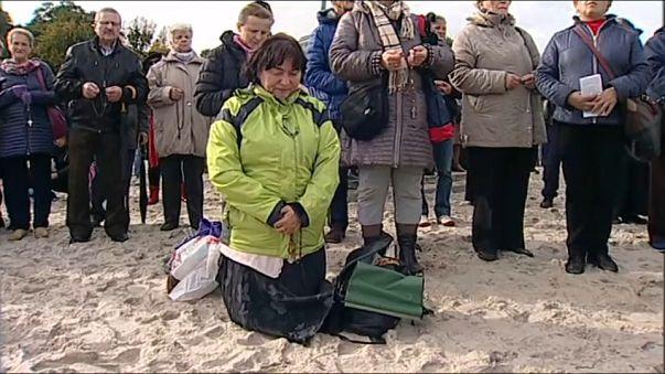 في ذكرى الانتصار على المسلمين.. سلاسل بشرية تصلي من أجل خلاص بولندا وأوروبا