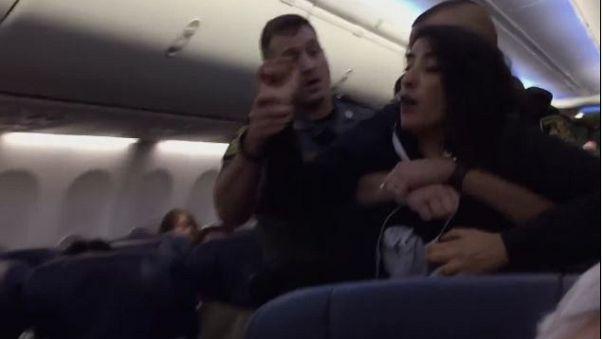 الشرطة تطرد إمرأة مسلمة حاملا من طائرة بسبب كلبين