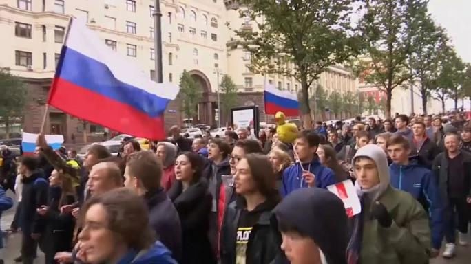 معارضو بوتين يتظاهرون في يوم عيد ميلاده ويطالبونه بالتنحي