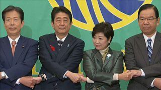 Koike contrapone un partido de centro a Abe en Japón