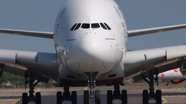 هبوط مخيف ومروع للطائرة الإماراتية العملاقة إيرباص 380A