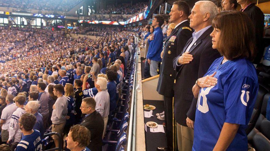 Des joueurs s'agenouillent, Mike Pence quitte le stade