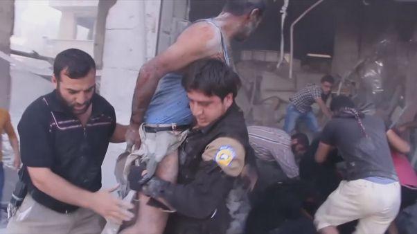 EGy fiút és egy férfit mentettek ki a romok alól egy légi csapás után Szíriában