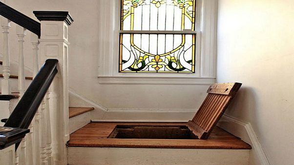 عامل صيانة يكتشف غرفة سرية تحت سقف منزل فما هو لغزها؟