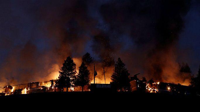 بالفيديو: مقتل 10 أشخاص وفرار الالاف جراء حرائق الغابات في كاليفورنيا