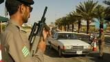 شاهد: هندي يخطف سلاح  شرطي سعودي ويطلق النار