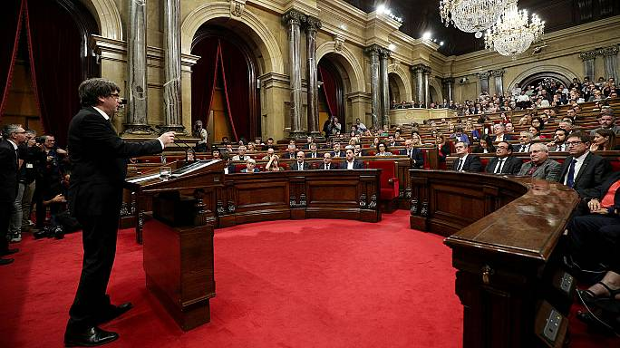 """Puigdemont: """"Indipendenza della Catalogna ma sospesa per dialogare"""""""