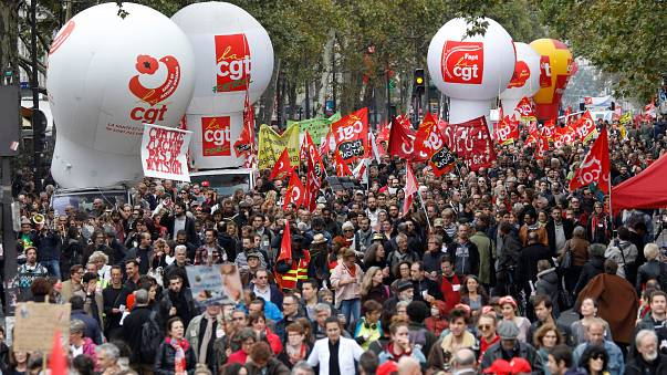 Köszolgálati dolgozók tüntettek Párizsban
