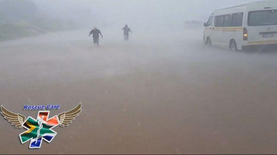 Güney Afrika'da aşırı yağış ve fırtına hayatı felce uğrattı