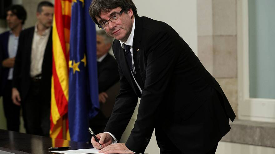 Catalan leaders sign and suspend declaration of independence