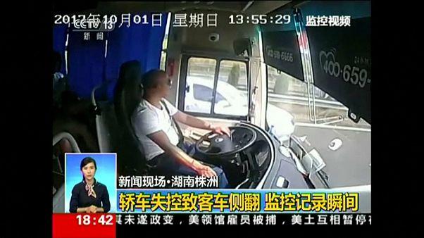 چین؛ ویدئو سرنشینان اتوبوس در لحظه تصادف