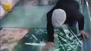 بالفيديو: هلع مرشد سياحي بسبب شروخ في جسر زجاجي على ارتفاع نحو 1200 متر