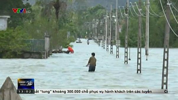 Sokan haltak meg a vietnámi áradásokban