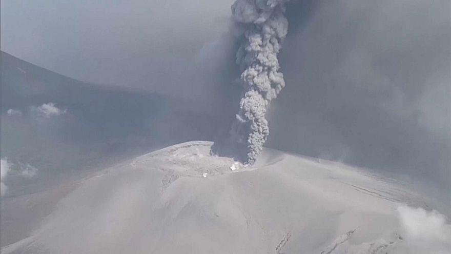 شاهد: ثوران بركان جبل شينمو في اليابان