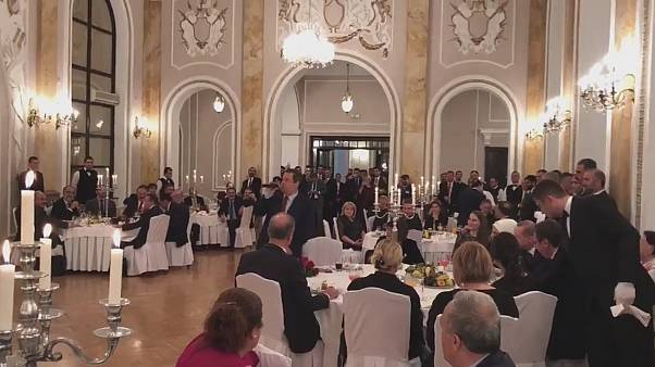شاهد: وزير الخارجية الصربي يطرب أردوغان بأغنية تركية