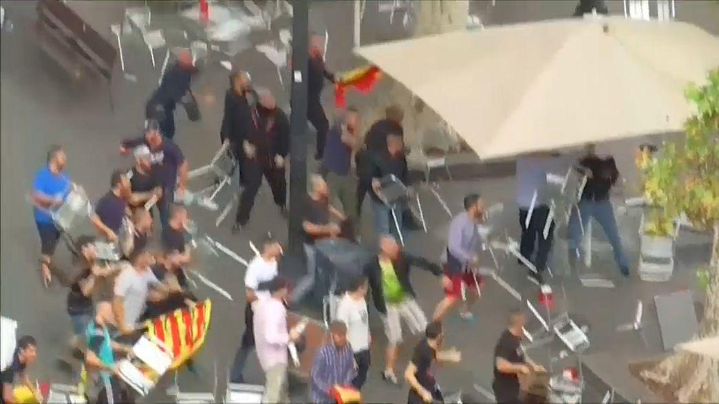 Gewaltausbruch: Demonstranten bewerfen sich mit Stühlen in Barcelona - Video
