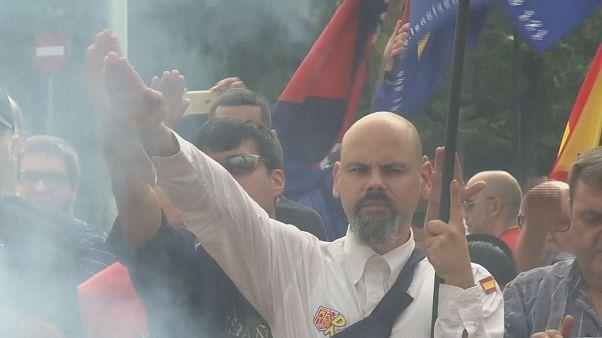 Estremisti fascisti a Barcellona bruciano bandiere catalane