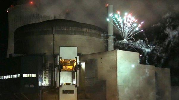 Francia, il blitz di Greenpeace (con fuochi d'artificio) nella centrale nucleare