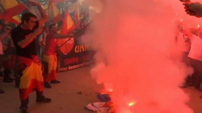 Manifestantes de extrema derecha queman esteladas en Barcelona