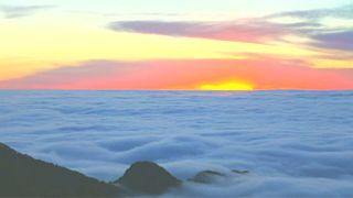 غيوم كموج البحر تغطي جبال شمال الصين