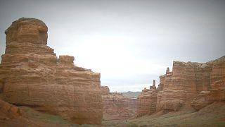 آلماتي: وادي القلاع منحوتات طبيعية خلابة في أخدود شارين