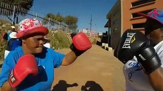 Pugno duro contro l'età: anziane con i guantoni da boxe