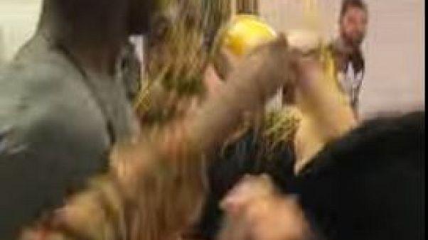 """عنصري أمريكي يتلقى درسا """"ساخنا"""" داخل إحدى القطارات"""