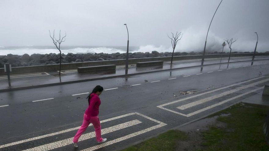Centro do furacão Ophelia afasta-se dos Açores