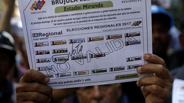 Venezuelanos a votos com acusações de fraude da parte da oposição