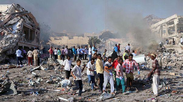 Somali'deki bombalı saldırılarda en az 200 kişi öldü