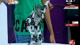 """روبوت راقص يتمايل على أنغام """"جانجام ستايل"""" ويثير ضحك السيسي"""