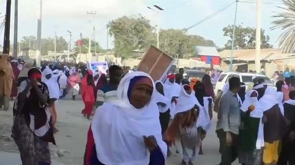Mogadiscio in piazza contro gli attacchi, si aggrava il bilancio