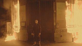 هنرمند پناهنده و معترض روس بانک فرانسوی را آتش زد