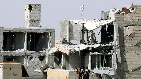 Siria: la lenta caduta di Raqqa, evacuati 275 miliziani dell'Isis